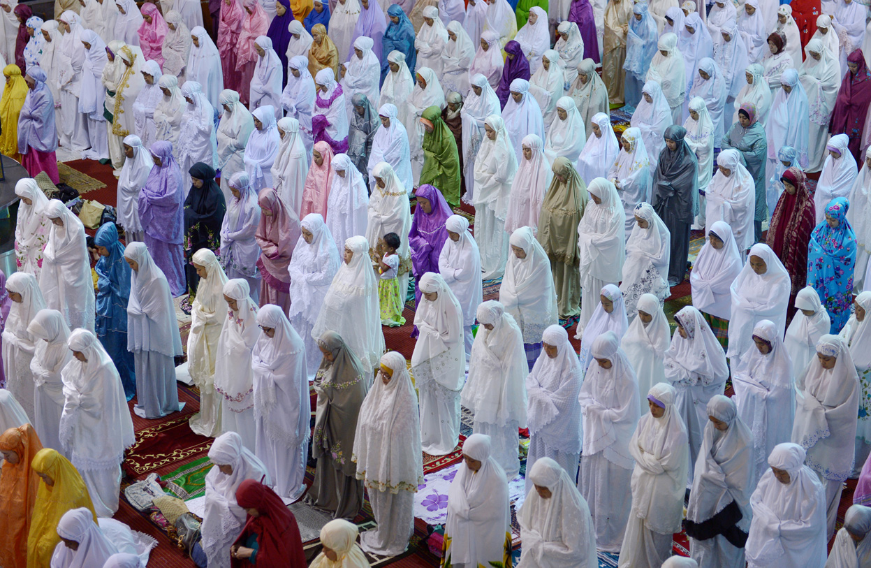 Indonesian Muslim women hold prayers on the first night of Ramadan at the Istiqlal mosque in Jakarta, on July 9, 2013.