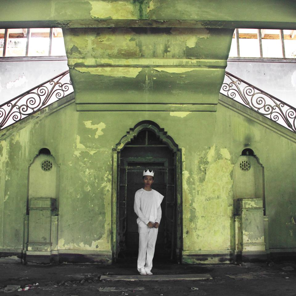08/50 - At a mansion built by Sultan Abu Bakar, the Sultan of Johor in 1890.